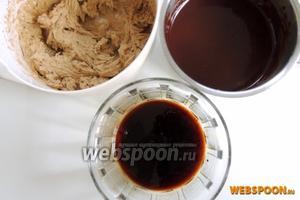 Теперь всё готово для сборки торта: коржи остыли, кофейный масляный крем, ганаш и пропитка.