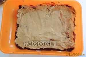 Затем масляный крем. Осторожно и медленно работаем, чтобы не смешать слои.