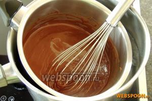 На водяной бане растопим шоколад с растительным маслом. Немного остудим.
