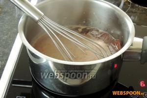 Ганаш: на среднем огне подогреем сливки и растворим в них куски шоколада.