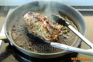 Обжариваем на очень большом огне, постоянно переворачивая. Мясо должно быть обжарено со всех сторон. Не пугайтесь исходящего дымка, так должно быть, это выполняют свою роль травы.