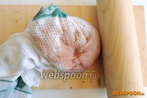 Заворачиваем очень плотно мясо в полотенце, не изменяя его положения, и отбиваем, но не перборщите, так как филе может распадаться на волокна.