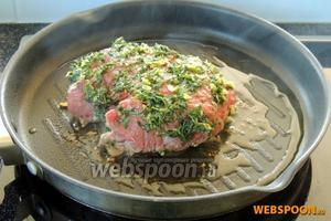 На очень разгорячённую сковороду с 2 ст. л. оливкового масла кладём сначала мясо приправами вниз. И сразу распределим вторую половину соуса на верх и бока филе.