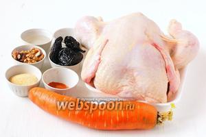 Для приготовления куриного рулета в желе нам понадобится курица, морковь, желатин, вода, чернослив, орехи, соль, перец.