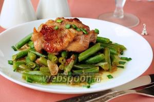 Курица в красном вине со стручковой фасолью
