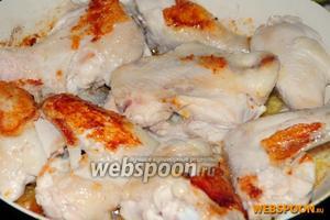 На разогретую сковороду со сливочным маслом выкладываем куски курицы и обжариваем на сильном огне с двух сторон до золотистой корочки (примерно по 3 минуты с каждой стороны).