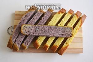 Срежьте верхушки и бока кексов, затем разрежьте каждый кекс вдоль и поперёк на 4 равные части.