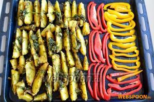 Выложите на противень (смазывать маслом его не нужно) перец и картофель. Слегка посолите перец. Запекайте при температуре 190°С около 30 минут.