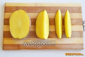 Тщательно промойте картофель. Чистить его не нужно. Разрежьте вдоль на 2 половинки, затем ещё на 4 части.