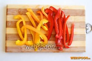Нарежьте полосками болгарский перец.