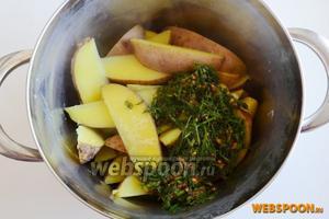 Слейте воду и добавьте заправку к картофелю.