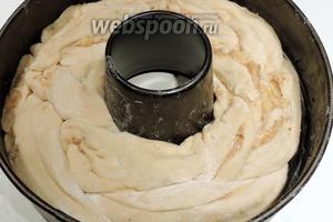 Заплетём косу и уложим в смазанную маслом форму. Если нет формы с отверстием, тогда поставим в середину стакан. Накроем и убирём в холодильник на 10 часов подходить. Затем кладём форму с тестом в холодную духовку в нижнюю часть и выпекаем при 200°С около 50 минут. Остудим на решётке.