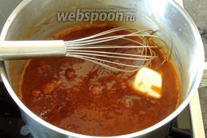 Сразу вливаем сливки и варим 5 минут, постоянно активно мешая. Затем добавим масло, уберём кастрюлю с огня и мешаем до однородной карамели. Остудим.