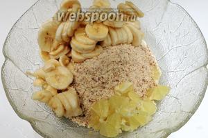 Очистим от шкуры лимон, нарежем мякоть на мелкие кусочки и добавим, так же добавим сахар и корицу. Всё перемешаем, немного раздавливая бананы вилкой.