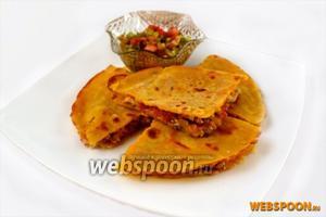Выкладываем лепёшку на большое блюдо, разрезаем на 4 части, подаем с сальсой.