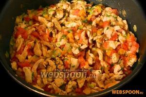 Добавляем помидоры и мелко нарезанную зелень петрушки и укропа, тушим вместе с курицей и другими овощами до мягкости.