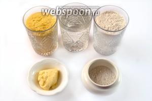 Для приготовления лепёшек нам понадобится: кукурузная и пшеничная мука, горячая вода, соль и сливочное масло.