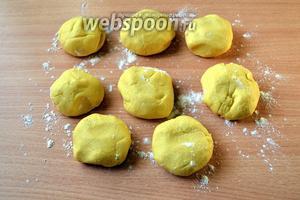 Делим тесто на 8 одинаковых кусочков, формируем шарики.