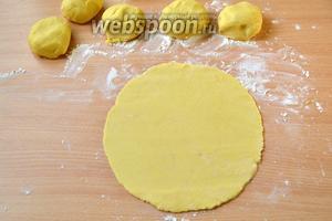Каждый шарик раскатываем в тонкий круг около 20 см в диаметре.