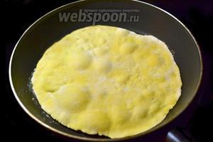 Выкладываем лепёшку на горячую сковороду без масла и поджариваем до момента вздутия пузырей.