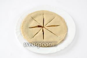 Оставшиеся четыре кусочка теста подготавливаем таким же способом на отдельной тарелке.