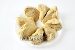 Согревшееся тесто делим на 8 равных частей.