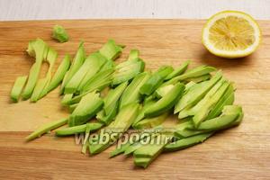 Авокадо очистить от кожицы, удалить косточку, затем нареать соломкой и сбрызнуть лимоном.