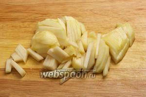 Грушу так же очистить, удалить сердцевину и порезать соломкой, затем сбрызнуть лимоном.