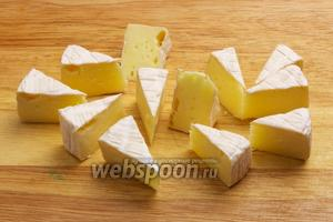 Сыр камамбер разрезать на 12-14 частей.