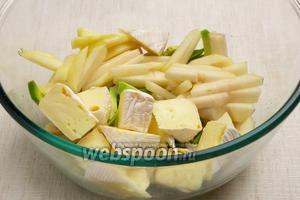 Выложить грушу, авокадо и сыр в грубокую миску.