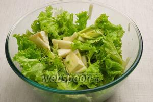 Заправить салат оливковым маслом, добавить немного лимонного сока, щепотку соли — хорошо перемешать и можно подавать. Приятного аппетита!