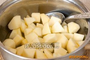 Яблоки промыть, очистить от кожуры, разрезать на 4 части, вырезать сердцевину, мякоть нарезать небольшими ломтиками. Добавить сок лимона, 50 г сахара и тушить 15 минут на небольшом огне.