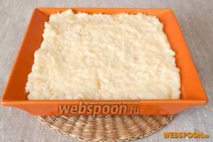По частям добавлять рисовую массу ко взбитым яйцам, каждый раз перемешивая. Выложить готовую массу в смазанную сливочным маслом форму для запекания.