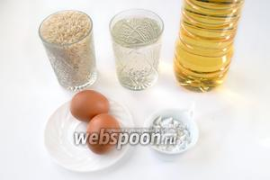 Для приготовления биточков нам нужно сварить кашу из риса, воды и соли. В дальнейшем понадобятся яйца, крахмал, мука для панировки и масло для обжаривания.