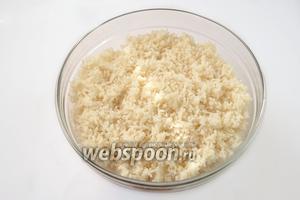 Варим крутую вязкую рисовую кашу, остужаем до тёплого состояния. Полностью охлаждать не стоит, биточки из тёплого риса будут лучше лепиться и не растрескаются во время обжаривания.