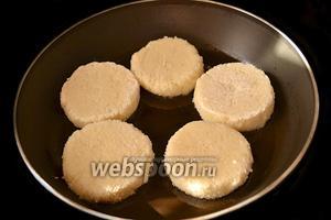 Обжариваем биточки на сковороде с подсолнечным маслом с двух сторон до золотистой корочки.