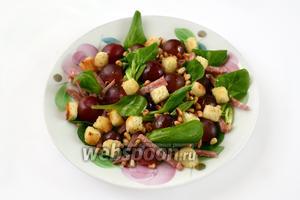 Остается посыпать салат сухариками и орешками и можно наслаждаться его оригинальным вкусом.