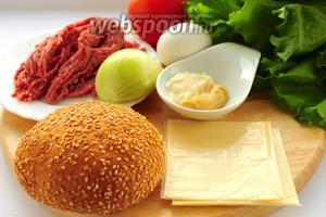 Для приготовления чизбургера вам понадобятся: булочки с кунжутом, говяжий фарш, лук репчатый, яйцо, хмели-сунели, соль, помидор, майонез, горчица, листья салата, ломтики сыра и масло для жарки.