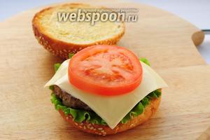 Накрываем ломтиком сыра. Сверху кладём ломтик помидора.
