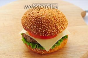 Накрываем верхней частью булочки и чизбургер готов!