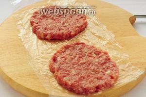 На пищевую плёнку выкладываем плоские котлеты того же диаметра что и булочки.