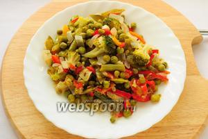 Достаем шумовкой из супа половину овощей и откладываем в тарелку.