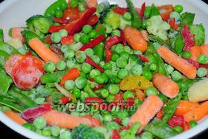 На разогретую сковороду с оливковым маслом выложите замороженные овощи и накройте крышкой. Если вы используете свежие, их нужно предварительно почистить, нарезать мелкими кубиками и обжаривать отдельно друг от друга.