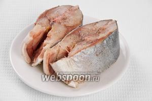 Если у вас тунец целый, то нужно его разрезать на несколько кусков. Затем куски посолить, поперчить и дать им пропитаться около 20 минут. Обильно солить рыбу не рекомендую.