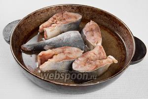 Наливаем в противень или сковороду оливковое масло, выкладываем рыбу и ставим в духовку на 30 минут при температуре 180°C. В процесе приготовления поливайте рыбу той жидкостью, которая образуется в результате жарки.