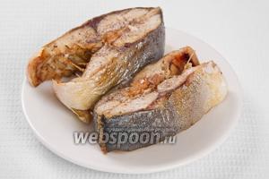 Готового тунца охладить до такой температуры, чтобы его можно было разобрать на куски.