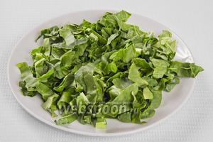 Нарезаем листья шпината.