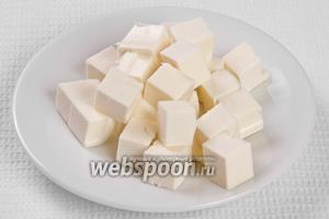 Кубиками нарезаем сыр.