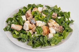 Затем выкладываем на тарелку шпинат, а на него тунец и сыр. Поливаем соевым соусом. Блюдо готово.
