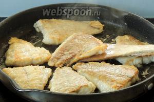 Филе проверим на присутствие костей  (всякий случай), удалим если такие найдутся. Приправим по вкусу, обваляем в муке и обжарим с обеих сторон в раскалённой сковороде в небольшом колличестве масла. Сразу серверуем на порционные горячие тарелки с соусом. Прятного аппетита!